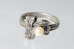 Silberner Ring mit Perlen Lizenzfreies Stockfoto