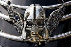 Silberner Schädel auf Motorrad Stockbild