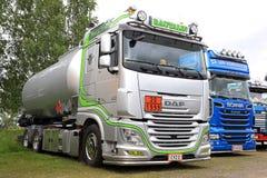 Silberner Tankwagen DAFs XF 105 von Rautalin auf der Show Lizenzfreie Stockfotos