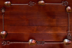 silberner Teelöffel vereinbart über dunklem Holztisch Stockfotos