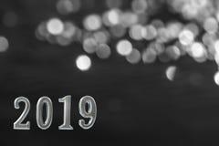 Silberner Text von 2019 vorbei shinny Kerze, auf schwarzer Wand Konzept des neuen Jahres Hintergrund, lizenzfreie stockbilder