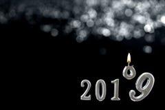 Silberner Text von 2019 vorbei shinny Kerze, auf schwarzer Wand wenn die Nr. neun das Höhenende tritt, des Jahrkonzeptes lizenzfreie stockbilder