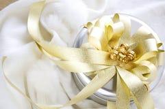 Silberner und goldener Geschenk-Kasten Stockbilder