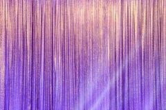 Silberner Vorhang-Schirm drapieren Welle und Lichtstrahl stockbild