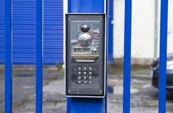 Silberner Wechselsprechanlagensummer auf einem blauen Tor lizenzfreie stockfotos