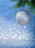 Silberner Weihnachtsball auf einem Weihnachtsbaumast Stockfoto