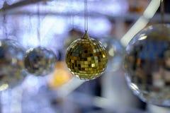 Silberner Weihnachtsdiscoball auf einem unscharfen festlichen Hintergrund rechtzeitig zu Feiertag des neuen Jahres lizenzfreie stockbilder