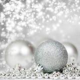 Silberner Weihnachtshintergrund mit Dekorationen stockfotografie