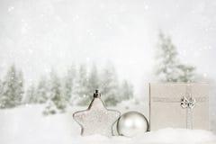 Silberner Weihnachtshintergrund mit Dekorationen lizenzfreies stockbild