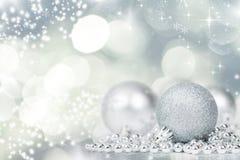 Silberner Weihnachtshintergrund mit Dekorationen lizenzfreies stockfoto