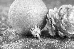 Silberner Weihnachtshintergrund mit Weihnachtsbällen stockfotos