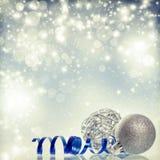 Silberner Weihnachtshintergrund mit Weihnachtsbällen stockfoto