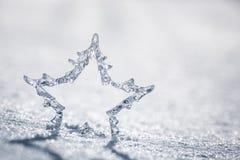 Silberner Weihnachtsstern auf Schnee Lizenzfreie Stockfotografie