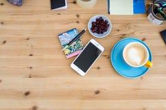 Silbernes Apple-iPhone 6 auf einem hölzernen Schreibtisch Stockfotografie