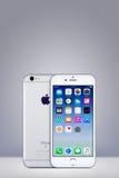 Silbernes Apple-iPhone 7 mit IOS 10 auf dem Schirm auf vertikalem Steigungshintergrund mit Kopienraum Stockfotografie