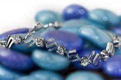 Silbernes Armband auf blauen Steinen Stockfotos