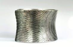 Silbernes Armband auf der Seite Stockfotografie