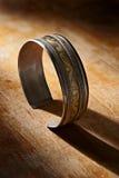 Silbernes Armband der Weinlese auf hölzernem Hintergrund Stockbilder