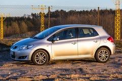 Silbernes Auto auf der sonnigen Wiese. lizenzfreies stockfoto
