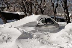 Silbernes Auto ist im Parkplatz in einer großen Schnee Bank Wetterprobleme Stockbilder