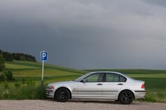 Silbernes Autoparken auf einem grünen Feld Lizenzfreies Stockfoto