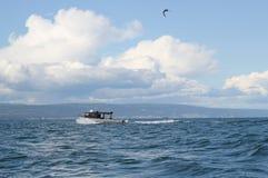 Silbernes Fischerboot an einem Sommertag Lizenzfreies Stockfoto