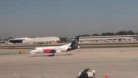 Silbernes Fluglinienturboprop-triebwerk Flugzeug stock video