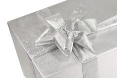Silbernes Geschenkkasten witn ein Bogen Stockbilder