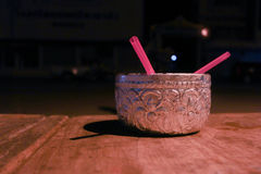 Silbernes Glas auf hölzernem Lizenzfreie Stockfotografie