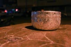 Silbernes Glas auf wooddramatic Stockfoto