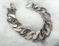 Silbernes Luxusarmband stockfotos