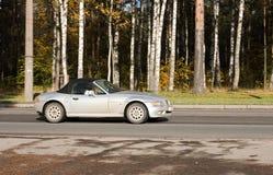 Silbernes Luxuxsportkupeeauto Lizenzfreie Stockfotos