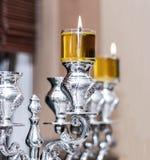 Silbernes Menorah Chanukka mit Olivenöl Stockfoto