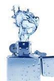 Silbernes Metallfeuerzeug mit Wasser Stockfotos