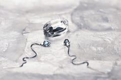 Silbernes Ohrringkonzept-Ergiebigkeit ideea Stockfoto