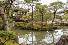 Silbernes Pavillion im japanischen Zengarten in Kyoto Lizenzfreie Stockbilder