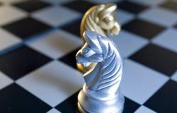 Silbernes Pferden-Schach Stockfotos