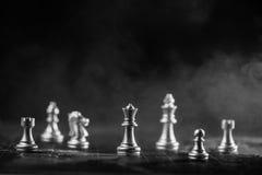 Silbernes Schach auf Weltkarte mit Rauchhintergrund stockbilder