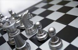Silbernes Schach des weißen Pferds Lizenzfreie Stockfotos