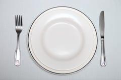 Silbernes Tischbesteck, überziehen auf dem Tisch Lizenzfreie Stockbilder