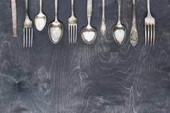 Silbernes Tischbesteck auf dem dunklen Holz Lizenzfreie Stockfotos