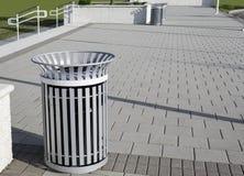 Silbernes Trashcan auf Ziegelstein-Straßenbetoniermaschinen Stockfotos