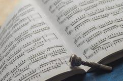 Silbernes Trompetenmundstück auf Notenenmusikbuch Stockfoto