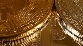 Silbernes und goldenes Bitcoins stock footage