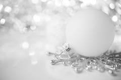 Silbernes und weißes Weihnachtsdekoration auf Feiertagshintergrund stockfoto