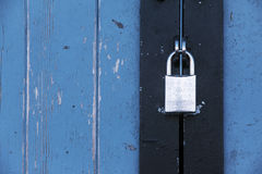 Silbernes Vorhängeschloß auf einer alten blauen Holztür, Konzepthintergrund wi Lizenzfreies Stockfoto