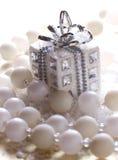 Silbernes Weihnachtsgeschenk Stockbild