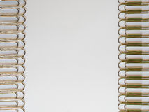 Silberpapier befestigt auf einem weißen Hintergrund mit Raum des freien Texts Lizenzfreies Stockbild