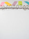 Silberpapierclip und bunte klebrige Anmerkungen über ein weißes backgrou Lizenzfreie Stockfotografie