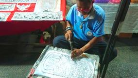 Silberschmied im Nachtmarkt, Chiang Mai, Thailand stock video
